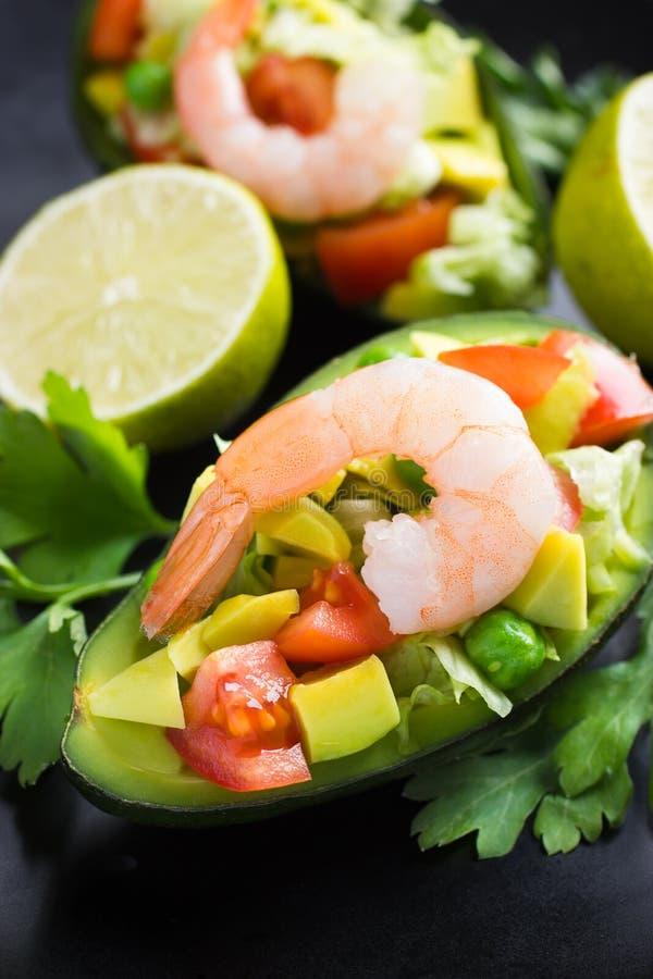 Σαλάτα με το αβοκάντο, τα λαχανικά και τις γαρίδες στοκ φωτογραφία με δικαίωμα ελεύθερης χρήσης