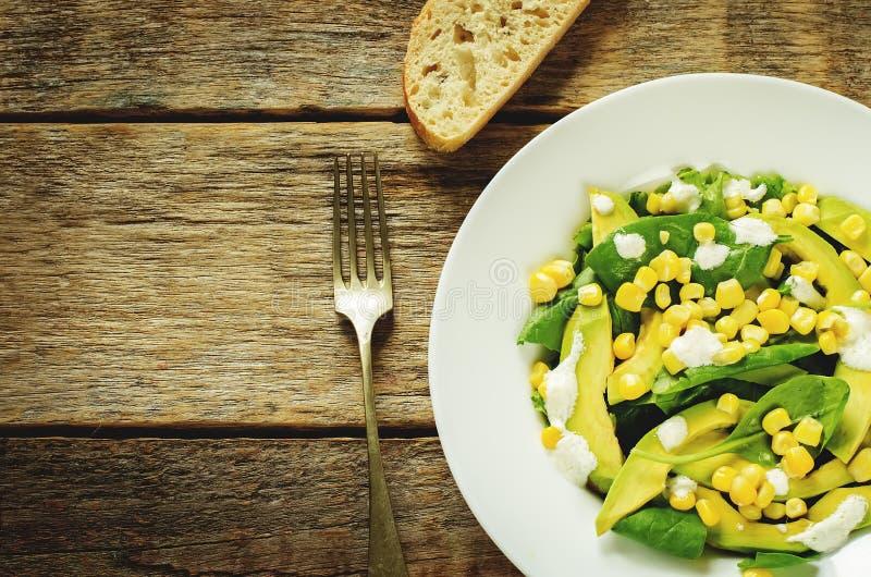 Σαλάτα με το καλαμπόκι, το σπανάκι και το αβοκάντο στοκ εικόνες με δικαίωμα ελεύθερης χρήσης