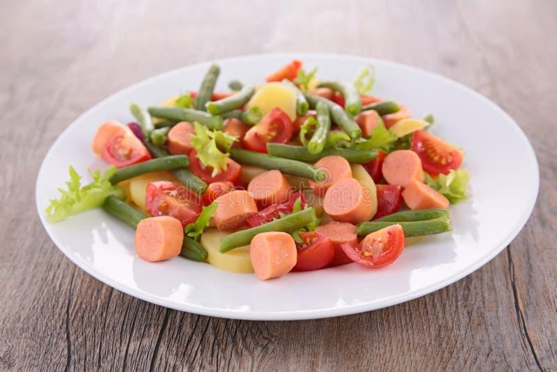Σαλάτα με το πράσινα φασόλι, την πατάτα και το λουκάνικο στοκ εικόνα
