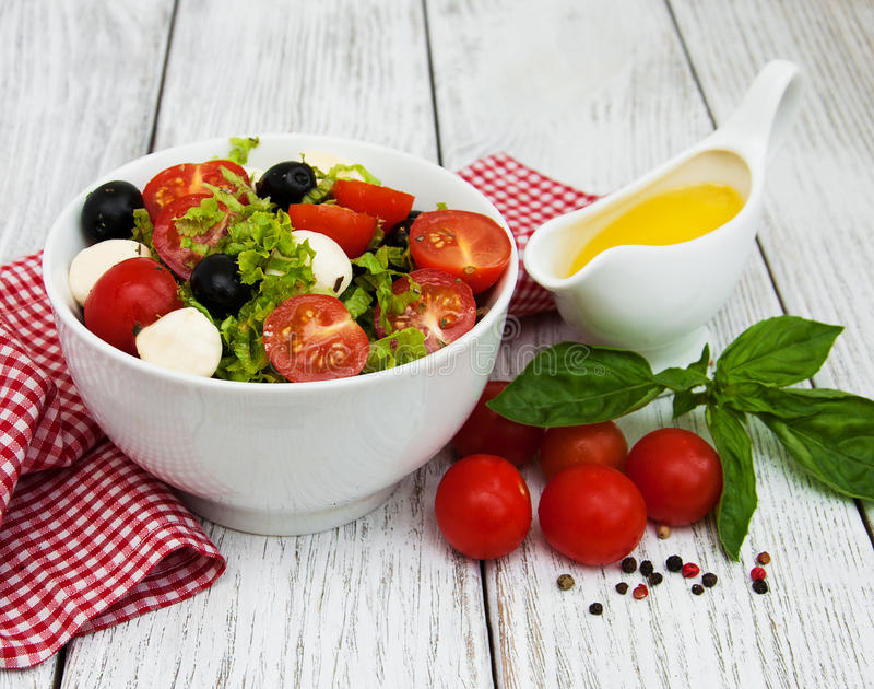 Σαλάτα με το τυρί και τα λαχανικά mozarella στοκ εικόνες