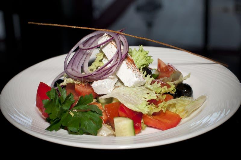 Σαλάτα με το τυρί, τις ντομάτες και τα πράσινα στοκ φωτογραφία