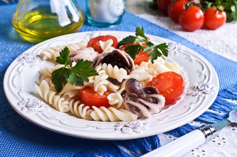 Σαλάτα με το χταπόδι, τα ζυμαρικά και την ντομάτα στοκ φωτογραφία με δικαίωμα ελεύθερης χρήσης