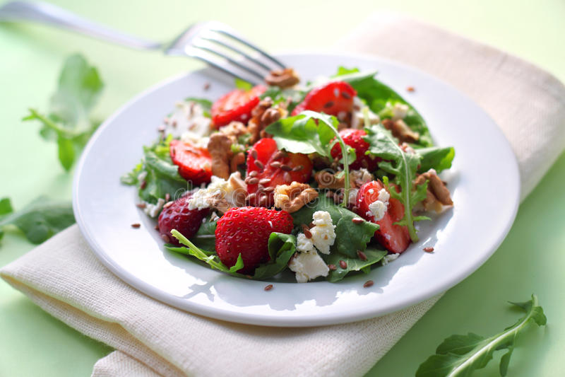 Σαλάτα με το arugula, τις φράουλες, το τυρί αιγών και τα ξύλα καρυδιάς στοκ φωτογραφία με δικαίωμα ελεύθερης χρήσης