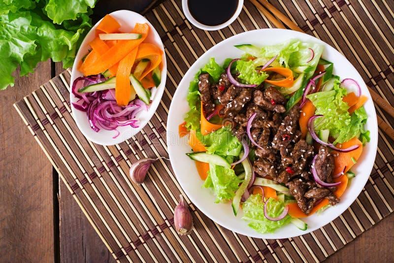 Σαλάτα με το teriyaki βόειου κρέατος Τοπ όψη στοκ εικόνα με δικαίωμα ελεύθερης χρήσης