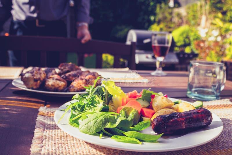 Σαλάτα, λουκάνικο και κοτόπουλο στην οικογενειακή σχάρα στοκ φωτογραφία με δικαίωμα ελεύθερης χρήσης