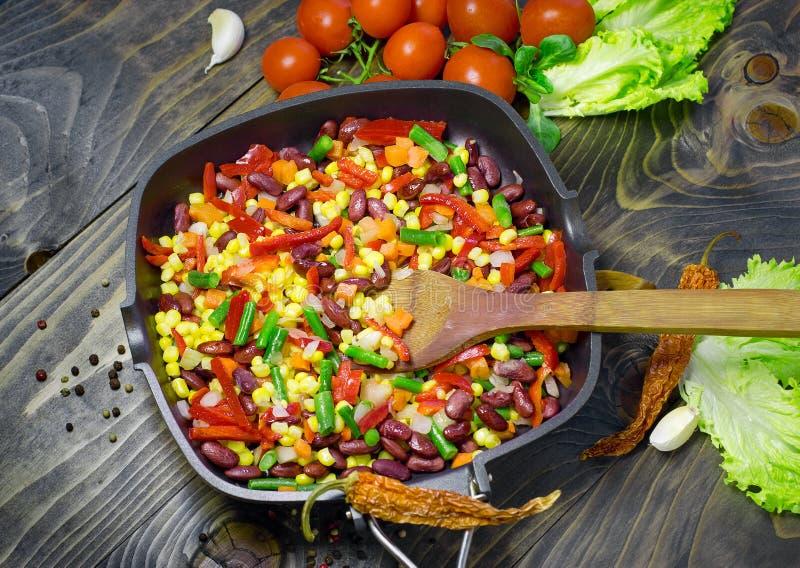 Σαλάτα που προετοιμάζεται μεξικάνικη στο τηγάνι - έτοιμα λαχανικά στοκ φωτογραφία με δικαίωμα ελεύθερης χρήσης