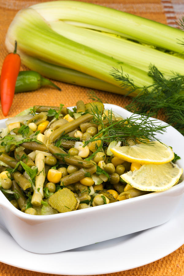 Σαλάτα πράσων με τα μπιζέλια και τα πράσινα φασόλια στοκ εικόνα