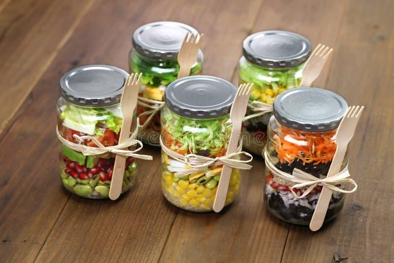 Σαλάτα στο βάζο γυαλιού στοκ εικόνες με δικαίωμα ελεύθερης χρήσης