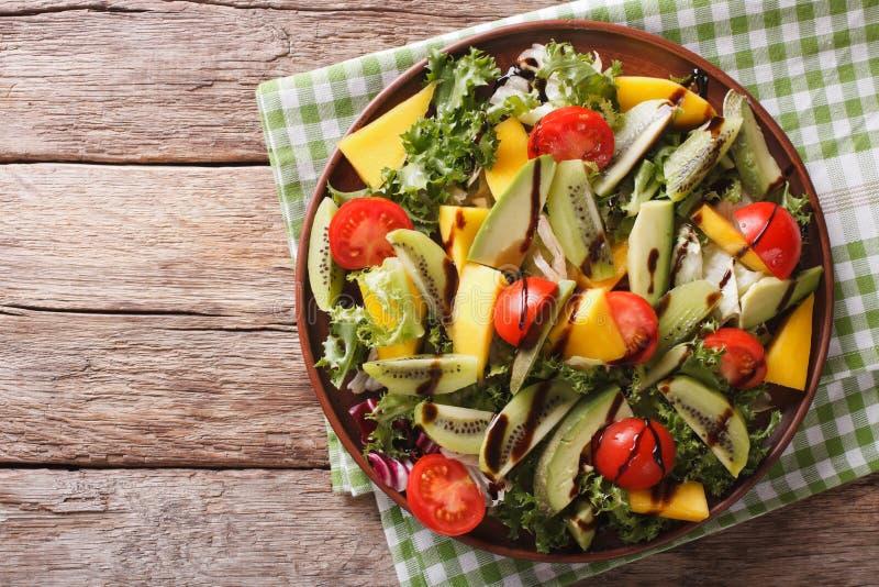 Σαλάτα του μάγκο, αβοκάντο, ακτινίδιο, μαρούλι, ντομάτα που ντύνεται με τα bals στοκ φωτογραφία
