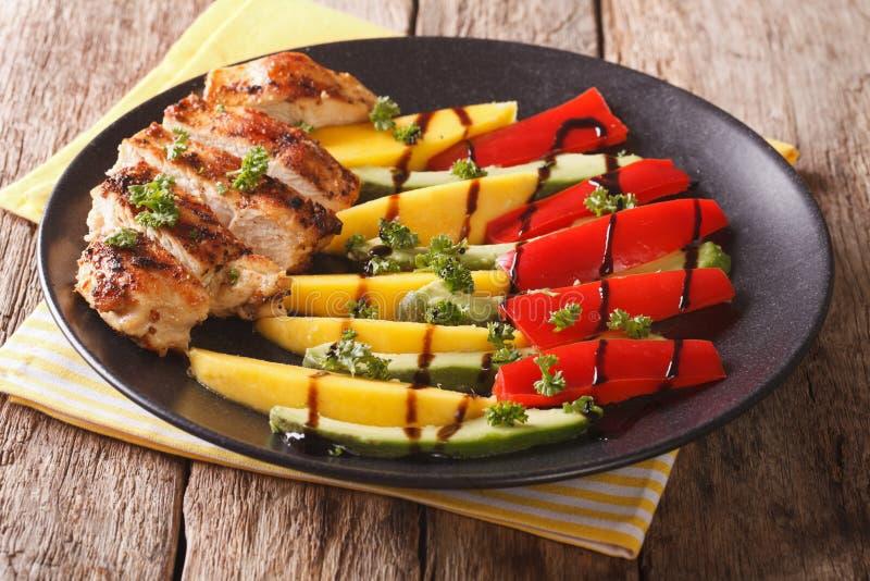 Σαλάτα του ψημένου στη σχάρα κοτόπουλου με το φρέσκο μάγκο, αβοκάντο, γλυκό πιπέρι στοκ εικόνες