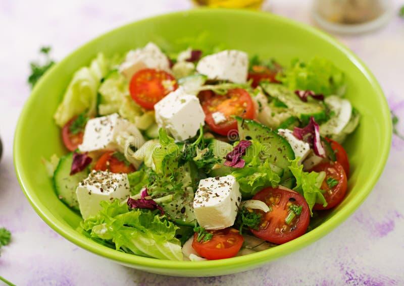 Σαλάτα των φρέσκων λαχανικών στο ελληνικό ύφος διαιτητικός κατάλογος επιλογής στοκ εικόνα