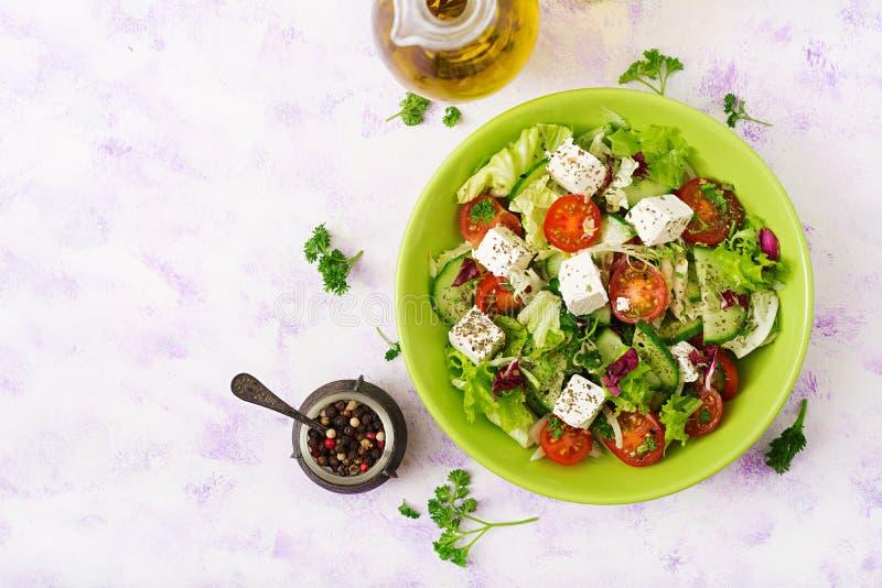 Σαλάτα των φρέσκων λαχανικών στο ελληνικό ύφος διαιτητικός κατάλογος επιλογής στοκ φωτογραφία