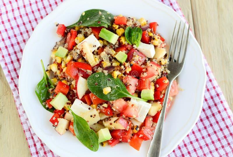 Σαλάτα φέτας με quinoa, το αβοκάντο και το ψημένο στη σχάρα καλαμπόκι στοκ φωτογραφία με δικαίωμα ελεύθερης χρήσης
