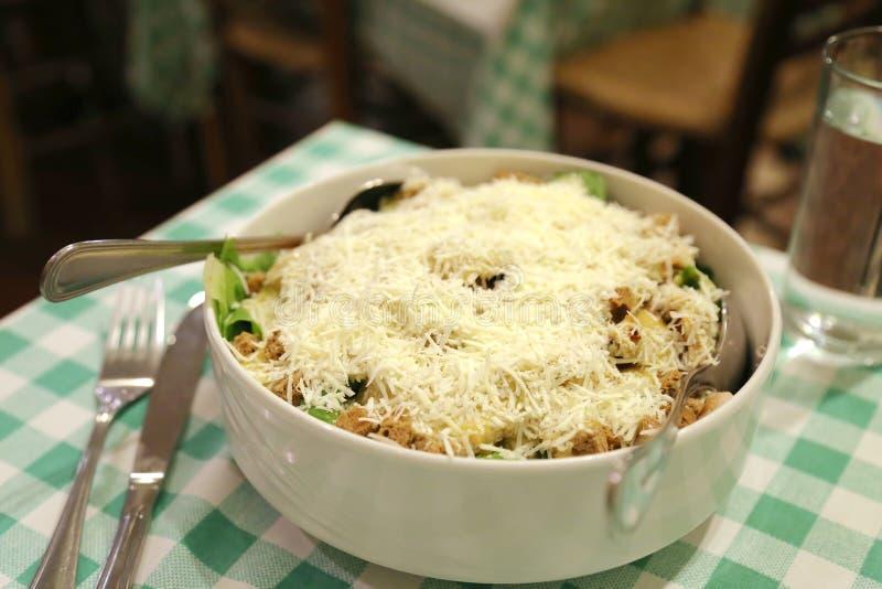 Σαλάτα φιαγμένη από lettice, τυρί, croutons και ντομάτες στοκ φωτογραφία με δικαίωμα ελεύθερης χρήσης