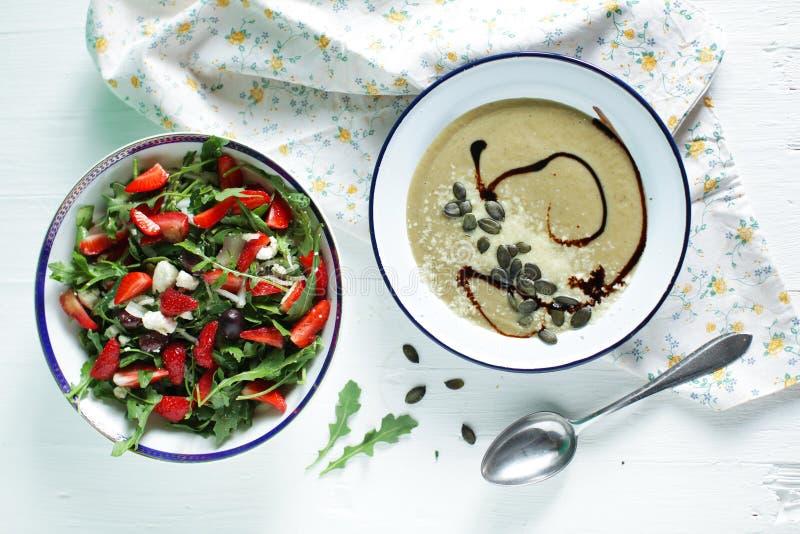 Σαλάτα Arugula με τις φράουλες και την κρεμώδη σούπα μελιτζάνας στοκ φωτογραφία με δικαίωμα ελεύθερης χρήσης