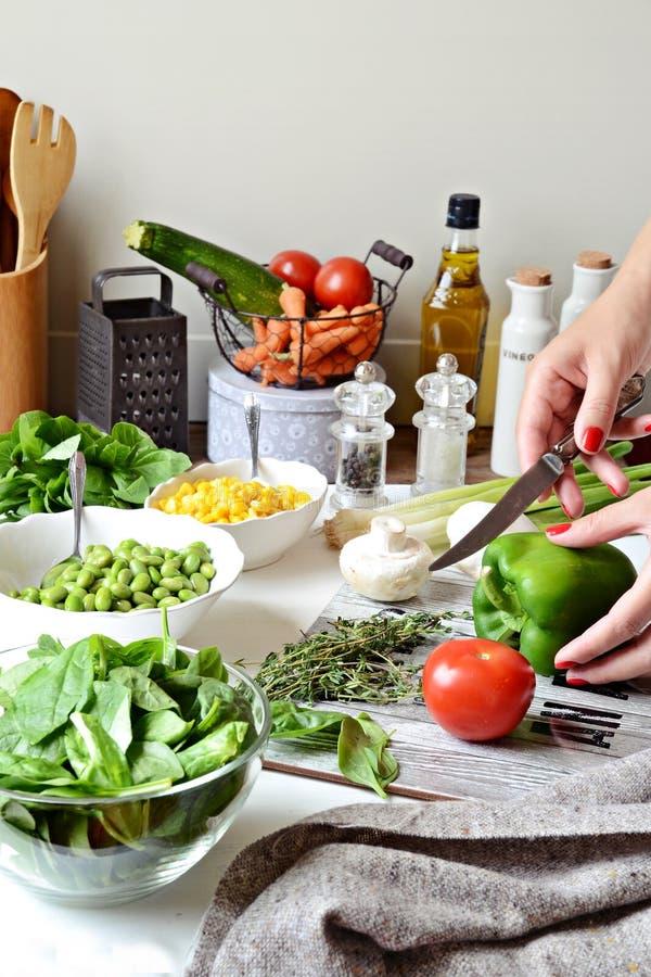 Σαλάτα Homemeade Μαγείρεμα με τα λαχανικά στοκ φωτογραφίες με δικαίωμα ελεύθερης χρήσης