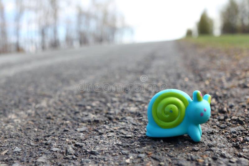 Σαλιγκάρι παιχνιδιών στο δρόμο στοκ φωτογραφίες