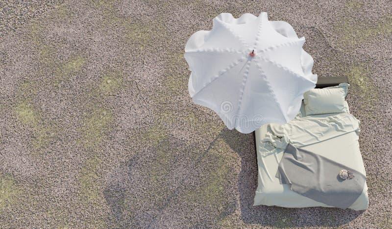 Σαλόνι παραλιών - κρεβάτι με τη φωτογραφία έννοιας ομπρελών και διακοπών και καλοκαιριού θαλασσινών κοχυλιών στοκ φωτογραφίες