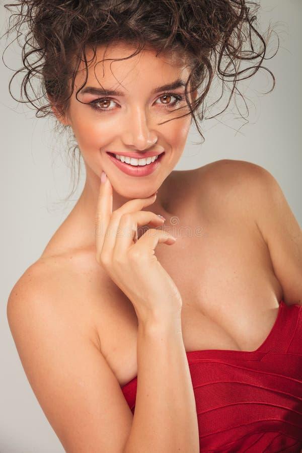 Download Σγουρή γυναίκα στο προκλητικό κόκκινο χαμόγελο φορεμάτων Στοκ Εικόνα - εικόνα από φυσικός, πορτρέτο: 62722415