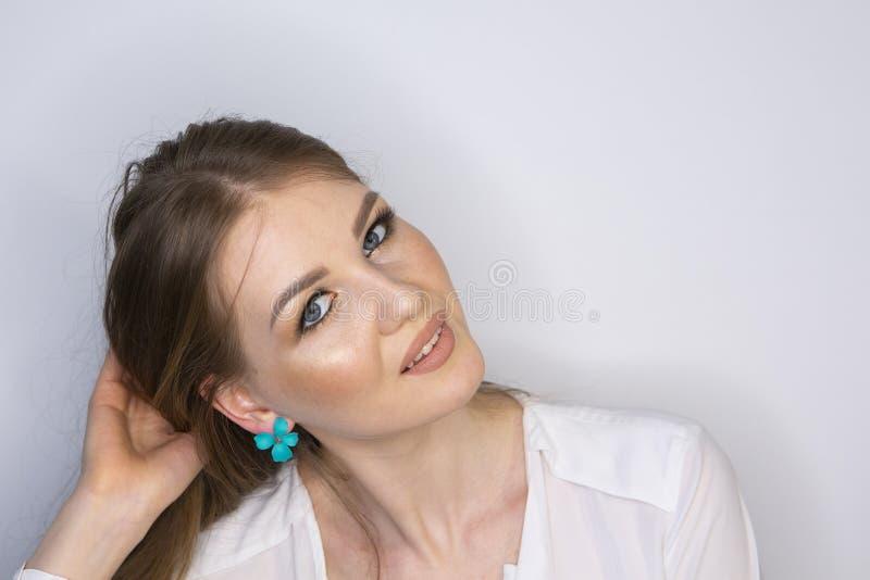 Σγουρό μακρυμάλλες ξανθό νέο πρότυπο Κορίτσι ομορφιάς με το σγουρό τέλειο hairstyle Limited βάθος του τομέα στοκ φωτογραφία με δικαίωμα ελεύθερης χρήσης