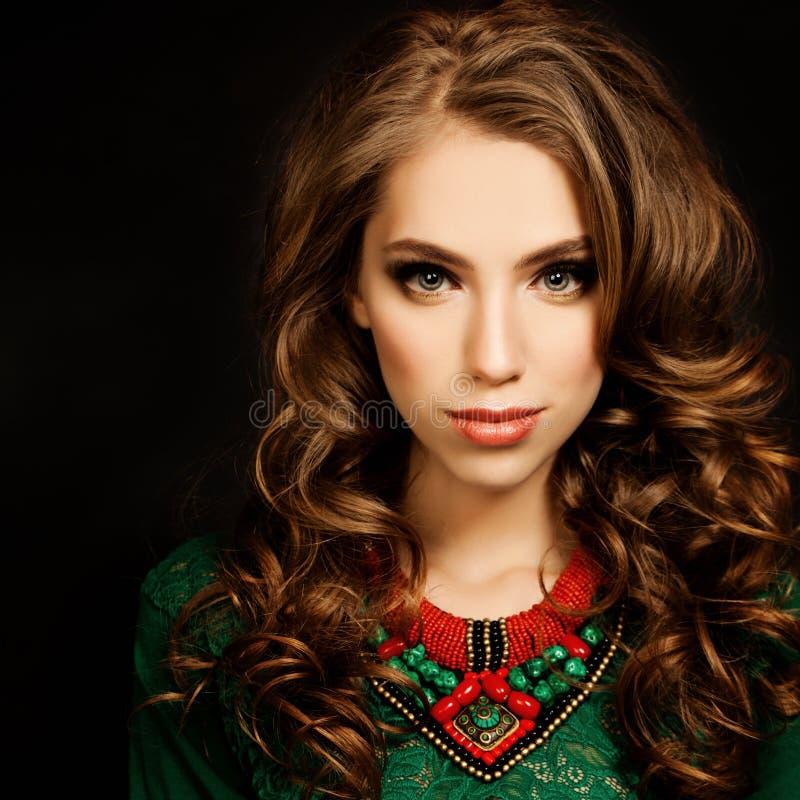 σγουρό τρίχωμα κοριτσιών όμορφη πρότυπη γυναίκα μόδα&sig στοκ φωτογραφία με δικαίωμα ελεύθερης χρήσης
