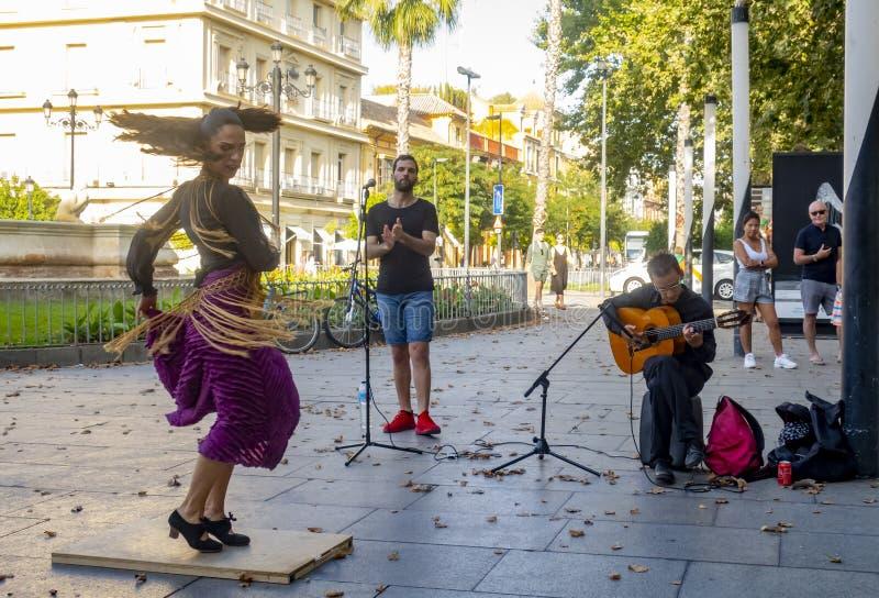 ΣΕΒΙΛΗ, ΙΣΠΑΝΙΑ - ΤΟΝ ΙΟΎΝΙΟ ΤΟΥ 2019: Οι νέες γυναίκες χορεύουν flamenco στοκ εικόνες