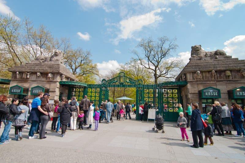 Σειρά αναμονής στο γραφείο εκδόσεως εισιτηρίων του ζωολογικού κήπου στοκ εικόνα με δικαίωμα ελεύθερης χρήσης