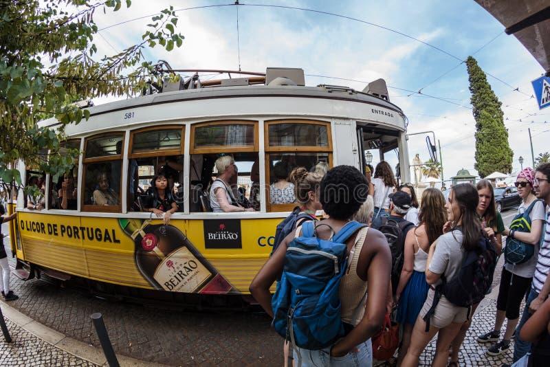 Σειρά αναμονής των ανθρώπων για να πιάσει το διάσημο κίτρινο τραμ στη Λισσαβώνα στοκ εικόνα με δικαίωμα ελεύθερης χρήσης