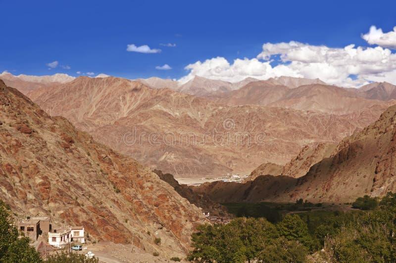 Σειρά βουνών μεγάλου υψομέτρου των Ιμαλαίων στην περιοχή Ladakh, της Ινδίας στοκ φωτογραφίες
