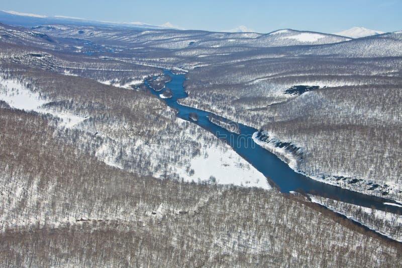 Σειρά βουνών μετά από χιονοπτώσεις και τον ποταμό στοκ φωτογραφία με δικαίωμα ελεύθερης χρήσης