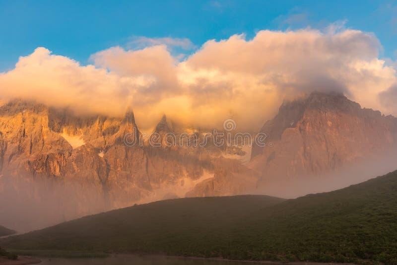 Σειρά βουνών του υποστηρίγματος Costazza στο όμορφο ηλιοβασίλεμα, δολομίτης στοκ εικόνες