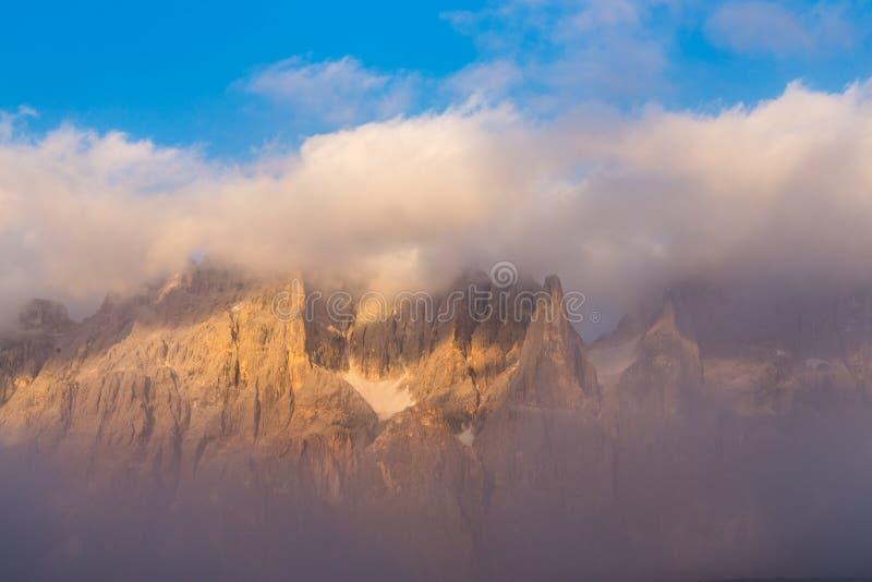 Σειρά βουνών του υποστηρίγματος Costazza στο όμορφο ηλιοβασίλεμα, δολομίτης, Ιταλία στοκ εικόνες