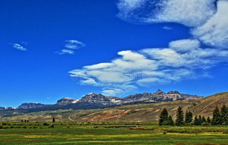 Σειρά βουνών Absaroka κάτω από θερινά cirrus και φακοειδή σύννεφα κοντά σε Dubois Ουαϊόμινγκ στοκ εικόνα