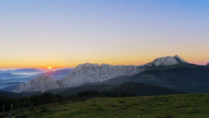 Σειρά βουνών Anboto στην ανατολή στοκ εικόνες