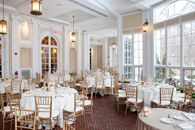 Σειρά διακοσμήσεων γαμήλιων πινάκων - πίνακες που τίθενται για το λεπτό εξυπηρετώ γεγονός στοκ φωτογραφία