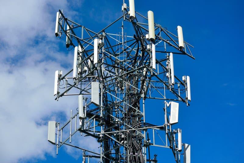 Σειρά επαναληπτών επικοινωνίας τηλεφωνικών πύργων κυττάρων σε μια χαμηλή γωνία στοκ εικόνες