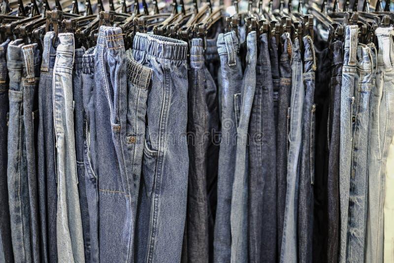 Σειρά κυανόκρανων με κρεμασμένα μπλε παντελόνια στο μαγαζί στοκ εικόνες με δικαίωμα ελεύθερης χρήσης
