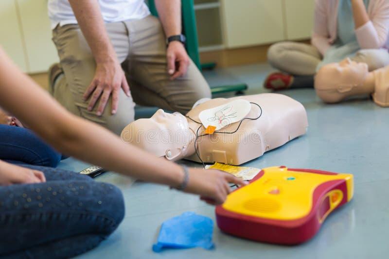 Σειρά μαθημάτων νεκρανάστασης πρώτων βοηθειών που χρησιμοποιεί το AED στοκ εικόνα