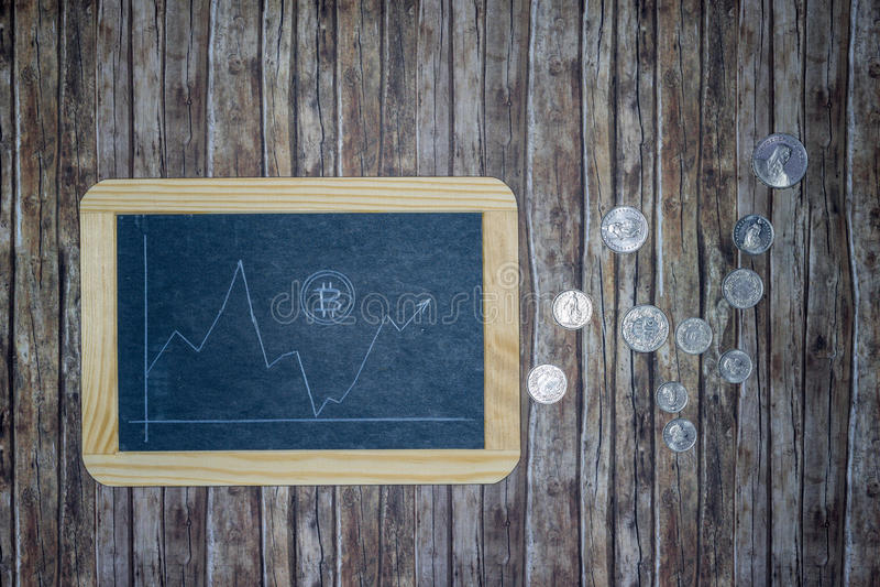 Σειρά μαθημάτων Bitcoin για τον πίνακα κιμωλίας με τα νομίσματα χρημάτων στοκ εικόνες