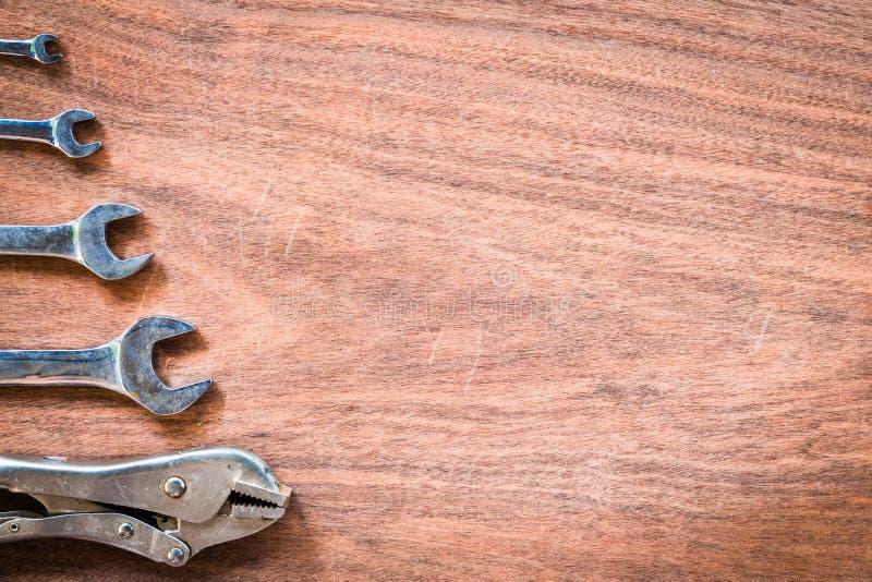 Σειρά πενσών γαλλικών κλειδιών και κλειδώματος στο ξύλινο σχέδιο στοκ φωτογραφίες με δικαίωμα ελεύθερης χρήσης
