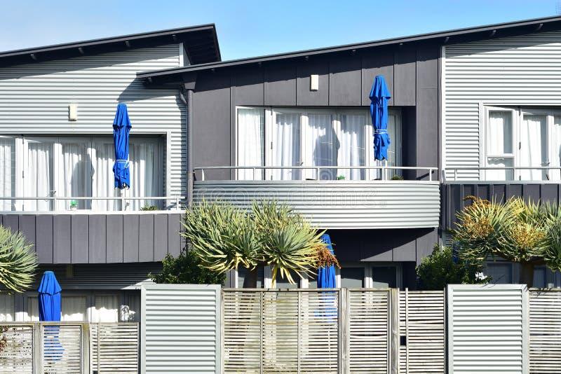 Σειρά σύγχρονων κατοικιών με μεταλλική πρόσοψη στοκ φωτογραφία με δικαίωμα ελεύθερης χρήσης