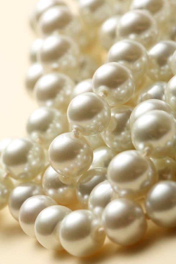 Σειρά των άσπρων μαργαριταριών στοκ εικόνες με δικαίωμα ελεύθερης χρήσης