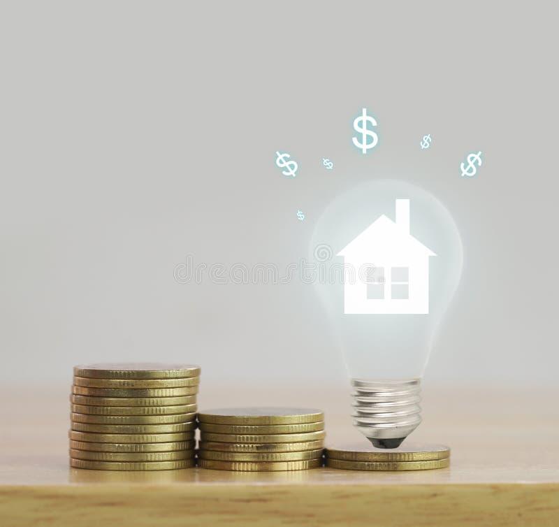 σειρά των νομισμάτων και του σπιτιού στη λάμπα φωτός, στοκ εικόνες με δικαίωμα ελεύθερης χρήσης