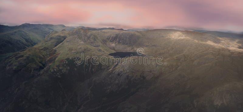 Σειρές βουνών με τη λίμνη στην κορυφή στοκ φωτογραφίες με δικαίωμα ελεύθερης χρήσης