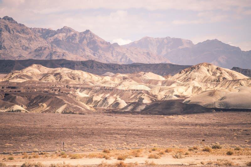 Σειρές βουνών στην απόσταση της ερήμου της κοιλάδας θανάτου στοκ εικόνα