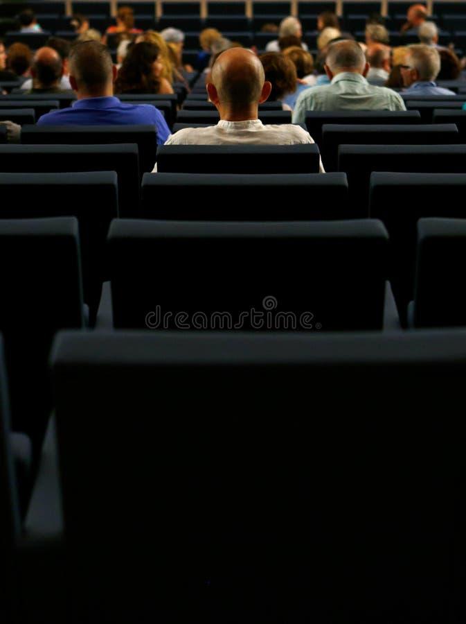 Σειρές καθισμάτων σε ένα δωμάτιο αιθουσών θεάτρων πριν από την έναρξη ενός χορωδιακού θεάματος στοκ φωτογραφίες με δικαίωμα ελεύθερης χρήσης