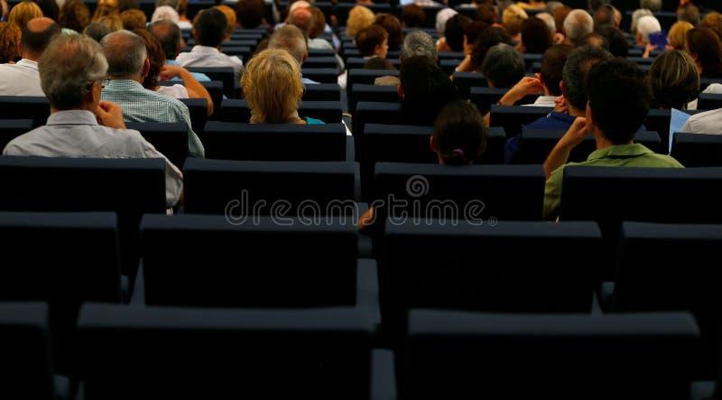 Σειρές καθισμάτων σε ένα δωμάτιο αιθουσών θεάτρων πριν από την έναρξη ενός χορωδιακού θεάματος στοκ φωτογραφία