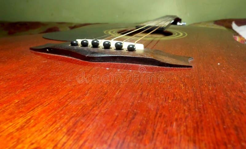 Σειρές κιθάρων κιβωτίων κόκκινου χρώματος κατά την πιό στενή άποψη στοκ εικόνες με δικαίωμα ελεύθερης χρήσης