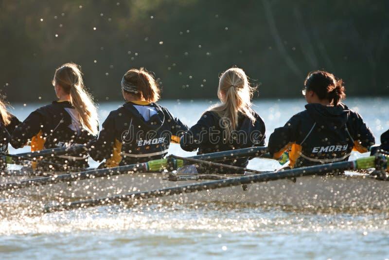 Σειρές ομάδας πληρώματος κολλεγίου γυναικών κάτω από τον ποταμό Chattahoochee της Ατλάντας στοκ φωτογραφία