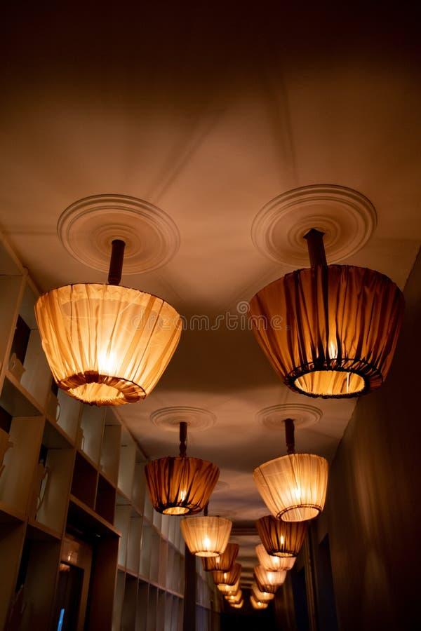 Σειρές των ανώτατων λαμπτήρων με αναδρομικά lampshades ύφους ντυμένα με τις καλύψεις του Tulle Εσωτερική άποψη προοπτικής στοκ εικόνες με δικαίωμα ελεύθερης χρήσης